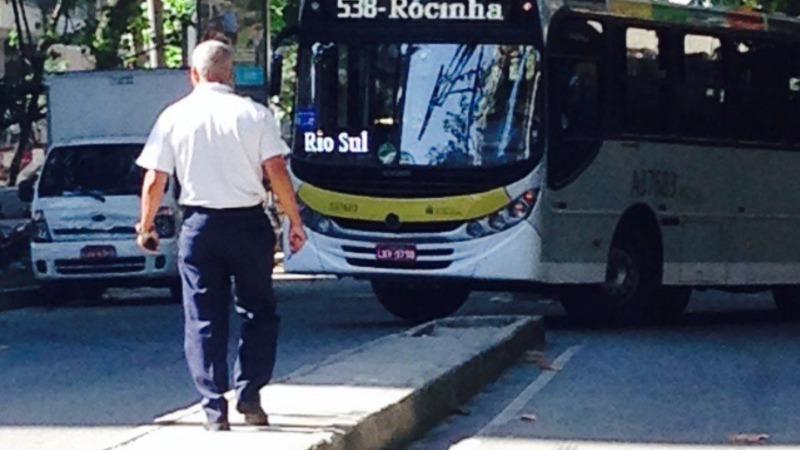 Aquarela do Brasil transformada em garagem de ônibus