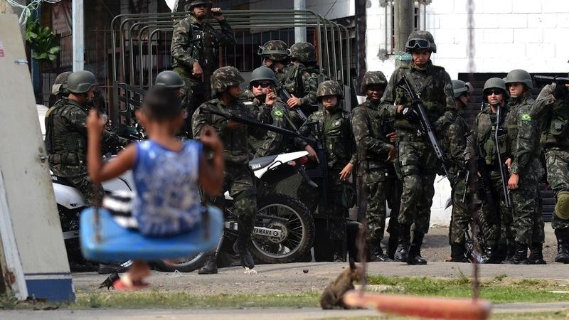 25out2014 homens das forcas armadas atuam na seguranca de comunidades do complexo de favelas da mare na zona norte do rio de janeiro um dia antes das eleicoes 1414280373593 1920x1080 1