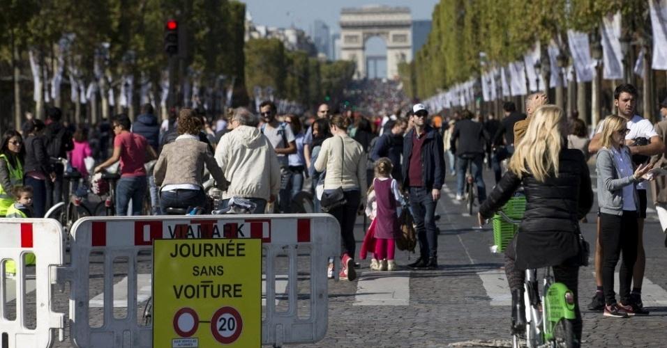 27set2015   populacao lota a avenida champs elysee durante o dia sem carro neste domingo 27 o evento realizado pela primeira vez em paris proibiu a circulacao de carros na area central da cidade 1443362829528 956x500